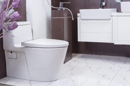 马桶后面漏水怎么办?不同漏水问题的解决方案