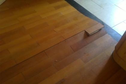 地板起拱怎么辦?地板起拱原因與解決方法
