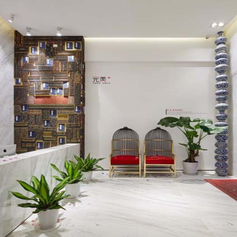 您看到的这面算盘墙高5.16米,宽1.7米,这面墙由121架算盘和24本古装线书与1卷竹笺组成。最大的一架算盘长1.17米,宽0.18米,最小的一架算盘长0.235米,宽 0.115米。算盘寓意精打细