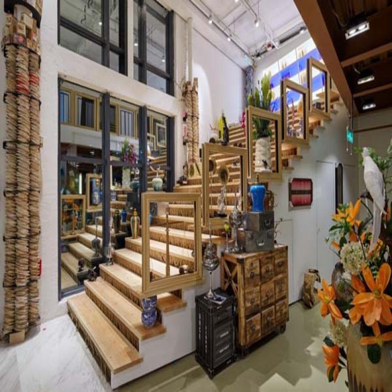 楼梯是钢木结构,下面窄上面宽,代表人生的道路越走越高越走越宽。