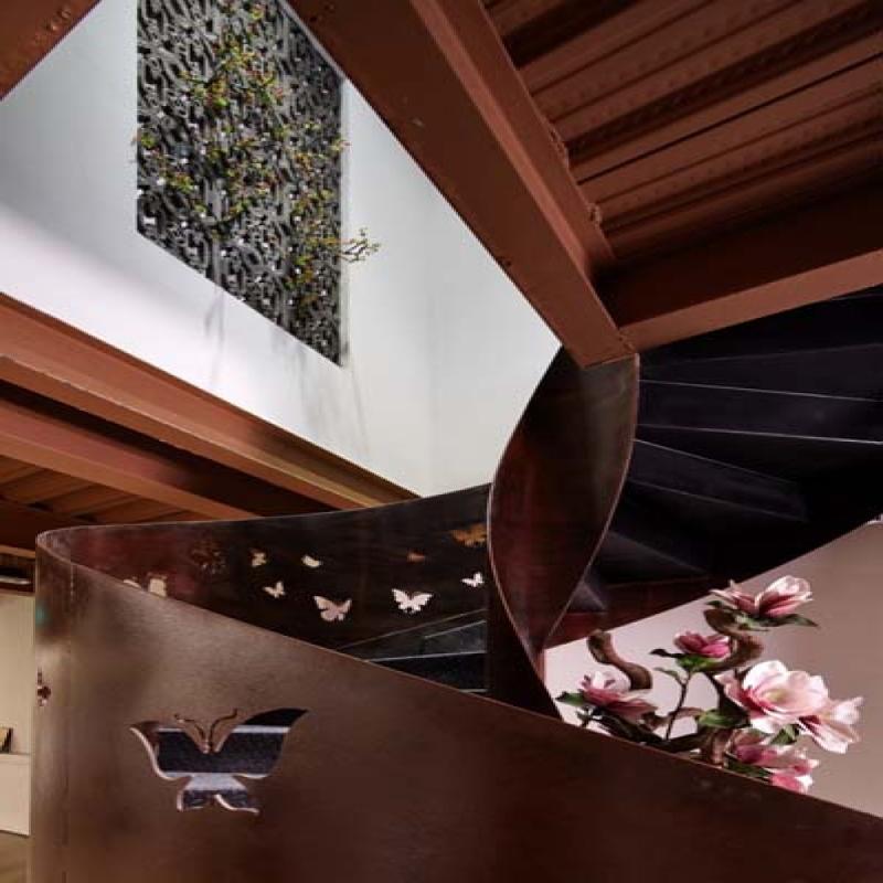旋转楼梯,它采用的是钢板镂空雕花工艺,在太阳好的时候,光线通过这些镂空的蝴蝶洒落在地面和台阶上,斑驳错落!代表人生的精彩如同翩翩起舞的蝴蝶一般旋转上升。和墙上的青瓦交相呼应。