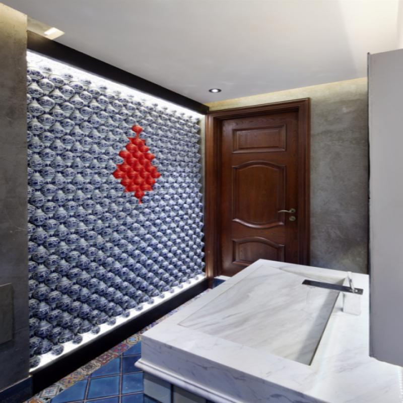 卫生间走廊:这面墙是欧施泥材料打造,灰色的温暖,粗犷而质朴的感觉,墙上的老船木嵌着时尚的平板电脑,音乐轻轻流淌。迎上对面这幅油画,带给视觉和感官强烈的碰撞,再往里看,正面墙上的青花小瓷瓶蓝红交织,表达