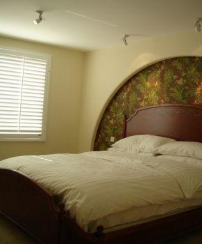 卧室黄色背景墙简欧风格装潢图片
