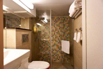 卫生间彩色背景墙简约风格装饰图片