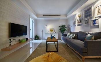 借助于色彩的运用。没有光就没有颜色,本案的户型公共区域的采光相对较差,在结构上厨房和露台两个功能区都采用了通透的钢化玻璃,在选择公共色的时候就没有做颜色处理,以白色去表现。营造舒适放松的家居环境。