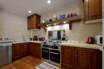 厨房白色背景墙美式风格装潢效果图