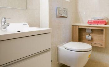 卫生间白色背景墙现代风格装潢图片