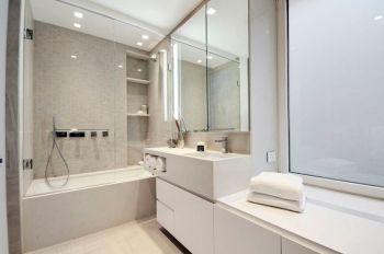 卫生间白色浴缸现代简约风格装修设计图片