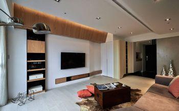 走以弧线造型的电视主墙面,天际衔接处利用木皮包覆以及斜向导角处理,消弭梁体存在之余,也让光晕有了层次暖度表现。