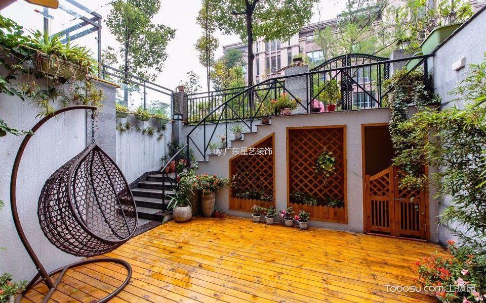 在这幅入户小花园设计实景图中木地板与镂空实木窗与绿植搭配和谐,在夏季藤蔓植物依附实木窗茂盛生长,将会是一片生机盎然的景象.