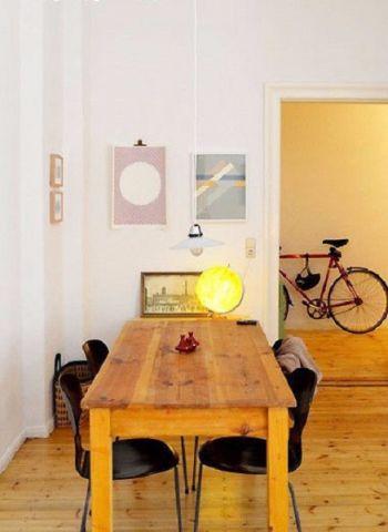 单看客厅就觉得温馨。干净的墙面用风景画点缀,绿色与自然的清新和着淡淡的书卷气息,抚平浮躁的心情。搭配满室的实木家具,营造出森林的静谧意境。居家小餐厅主打简约风,与地板同色的木餐桌上摆着简单的调味瓶,小小吊灯简单不占用空间。卧室休息区以纯色打造,一派祥和气息。床头开辟出小窗户,增加了室内光线。