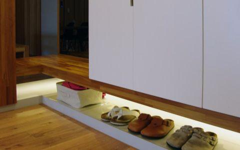 保留空间本质,在原有基底上覆以温暖木作,改良进化后,日式风格居家常见的设计表情,而这样无多余赘饰的简单生活,也是本案屋主企求地设计氛围,基甸设计精准拿捏水泥板与木作的铺排比例,完成屋主期待。