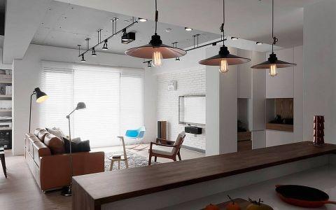 灰色调的手感基础上,漂流木、彩色旧木料与铁件等元素构筑现代工业风