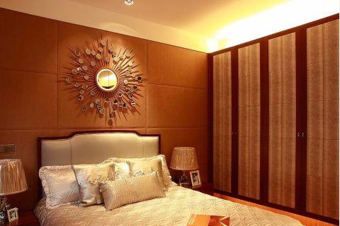 设计师充分的利用空间,使得整个家更具有功能性,做到了空间之间相互关联。床头的装饰物是设计师精心挑选的,工艺感很强,和房间的装修相结合,打造出了独特的感觉。