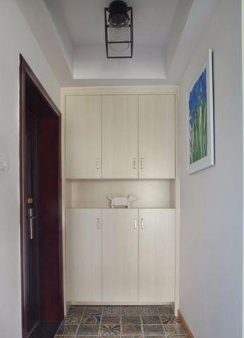 这间住宅以减法生活为设计要点,去除空间里一切不必要的装饰和布置,以最简洁的姿态呈现最舒适的生活环境。空间整体硬装简单,色彩以米、白、原木色为主,仅以花束,绿植和画作点缀,铺陈出柔和清新的空间样貌。
