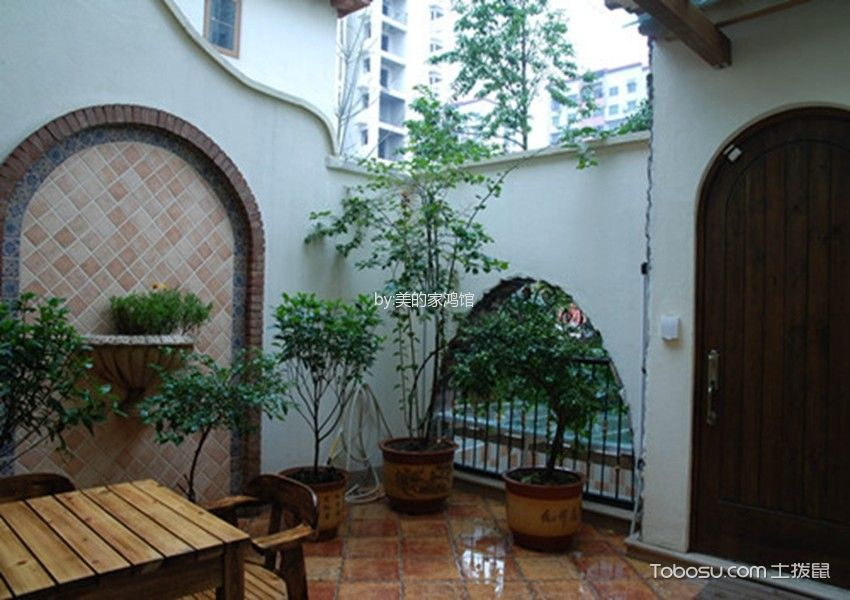 这张别墅花园设计实景图看着也比较简单自然,大量的盆栽绿植成为了主要的装饰,但是主人通过高矮不一 的搭配让它们更加和谐美观.