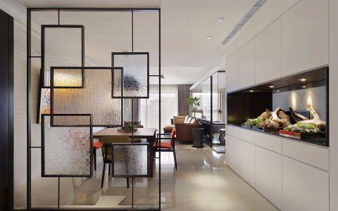 以现代风格为基地,藉由开放式的空间格局,营造出宽敞舒心气息,再搭以跳色家具与艺术画作的妆点,挹注丰富的室内表情。玄关处利用屏风界定出内外领域,以铁件为架构、不同玻璃质感拼出屏风造型,隐约透视的特质,传递出流动的生活氛围;沿着壁面摆设延伸一整面收纳柜,导引至餐厅区域,柜体中央的植栽展示与原木餐桌相互呼应,领受自然的生命力,跳色的壁面画作与餐椅则替空间植入活泼生动的气息。大面采光的设计,让整个公领域散发动人光晕,沙发后方以玻璃为材质,界定出书房领域,后方利用线条勾勒的书柜造型,兼具展示的特性,营造出淡雅的美学风情。