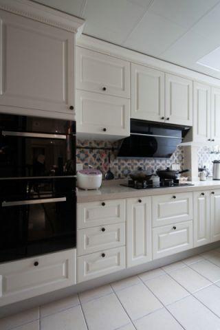 厨房白色橱柜现代风格装饰设计图片