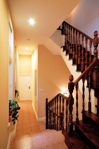 客厅楼梯美式风格装潢设计图片