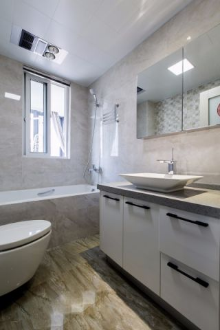 卫生间白色吊顶现代风格装潢图片