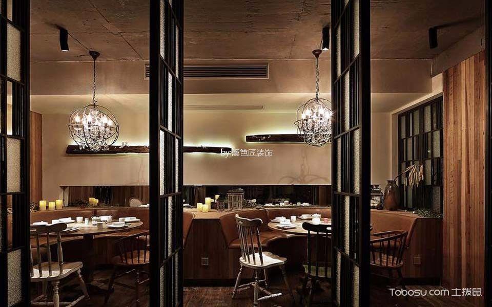 300平米餐厅餐桌装饰图