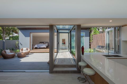 阳台白色现代风格装潢图片