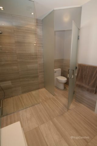 卫生间隐形门现代风格装修设计图片