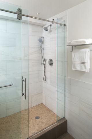 卫生间白色背景墙现代风格装修图片