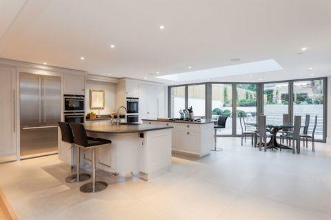 厨房白色橱柜简欧风格装潢效果图