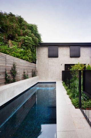 外景蓝色泳池简欧风格装饰设计图片