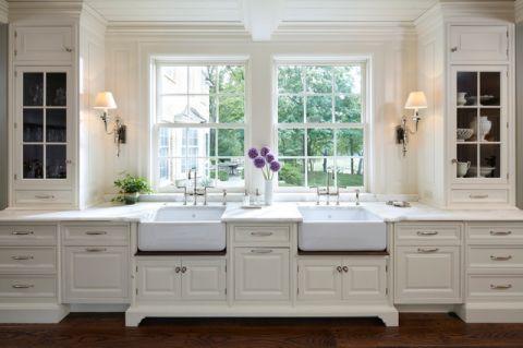 卫生间白色窗台美式风格装潢图片