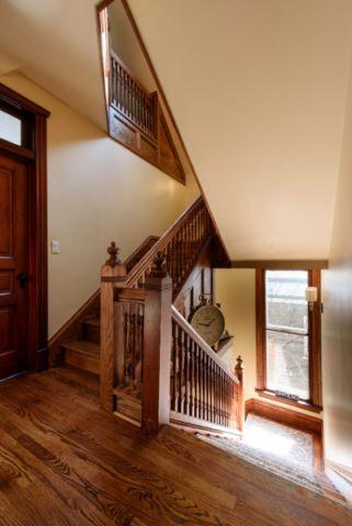 玄关咖啡色楼梯简欧风格装修效果图