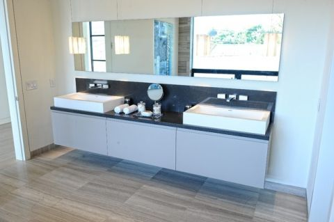 卫生间白色梳妆台现代风格装潢图片