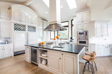 厨房白色橱柜简欧风格效果图