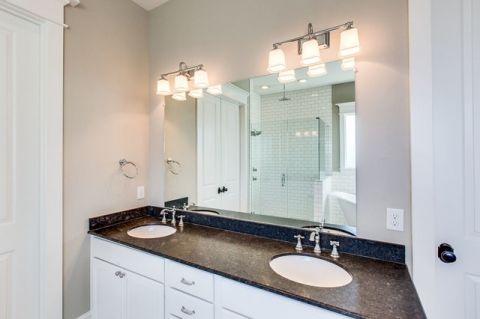 卫生间白色细节简欧风格装潢效果图