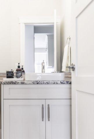 卫生间现代风格装修图片