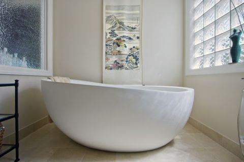 卫生间白色浴缸现代风格装潢效果图