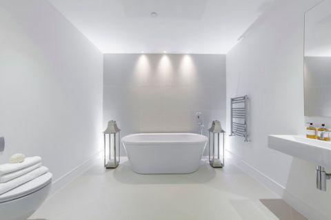 卫生间白色浴缸现代风格装修图片