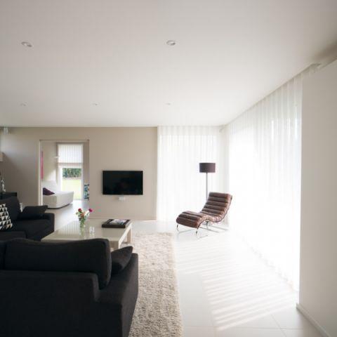 客厅白色窗帘现代风格装潢效果图