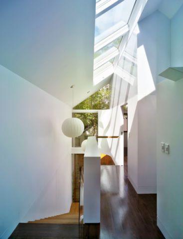 白色走廊现代风格装潢设计图片