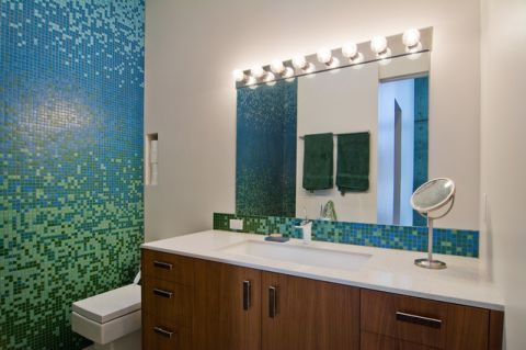 卫生间彩色橱柜现代风格装修效果图