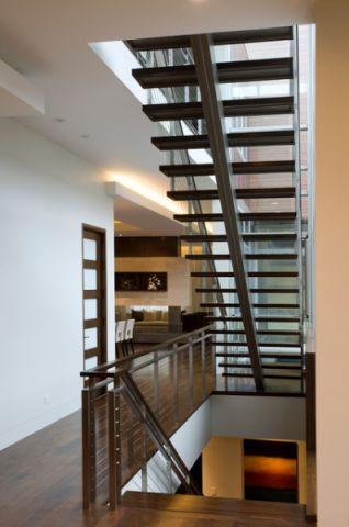 客厅咖啡色楼梯现代风格装潢设计图片