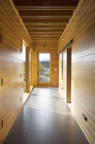 客厅黄色走廊现代风格装修图片