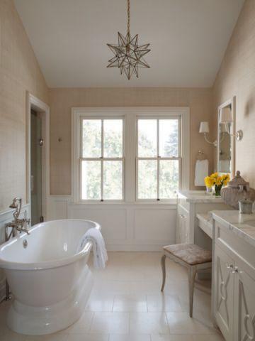 卫生间白色浴缸美式风格装修设计图片