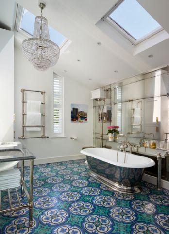 卫生间彩色浴缸混搭风格装饰图片