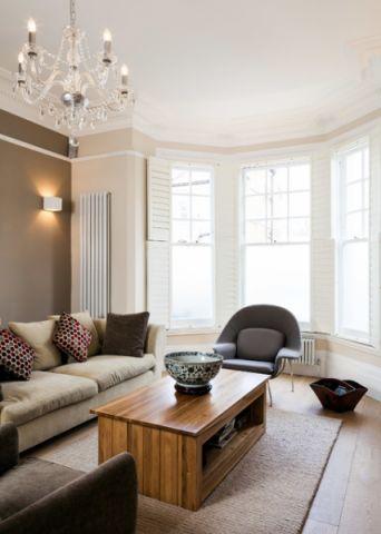 客厅白色窗台现代风格装修图片