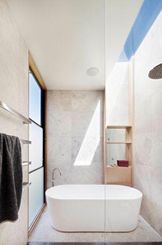 卫生间白色浴缸现代风格装潢图片