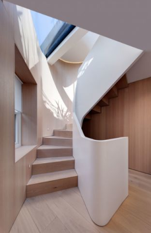 白色楼梯现代风格装修设计图片