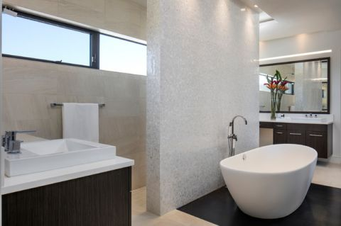 卫生间白色浴缸现代风格装潢设计图片