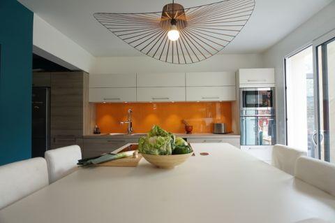 厨房黄色灯具现代风格装潢图片